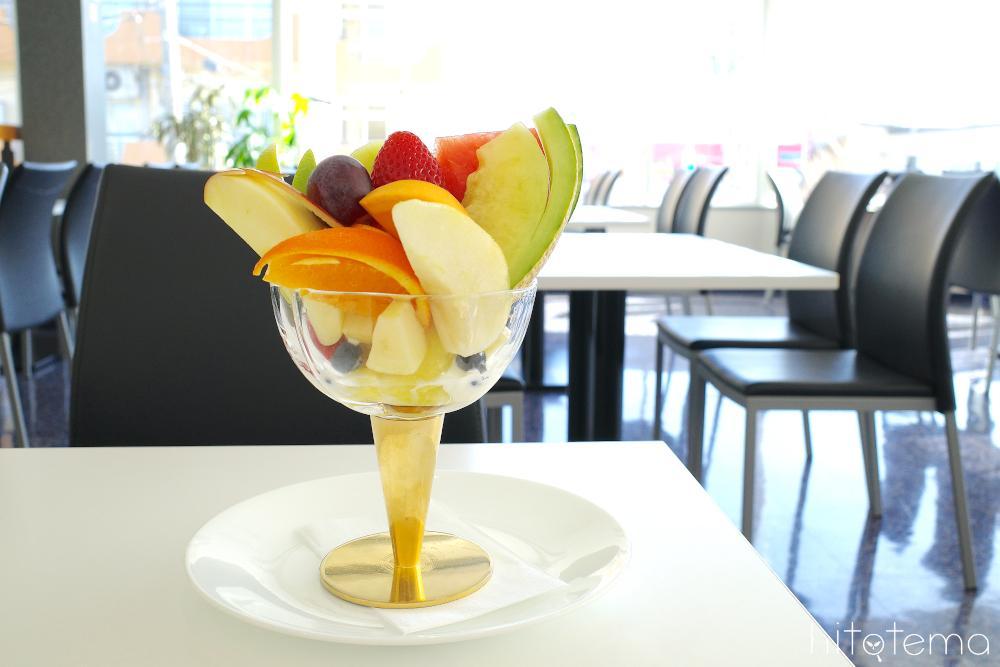 フレッシュフルーツたっぷり!人気No.1のジューシーなフルーツパフェ1
