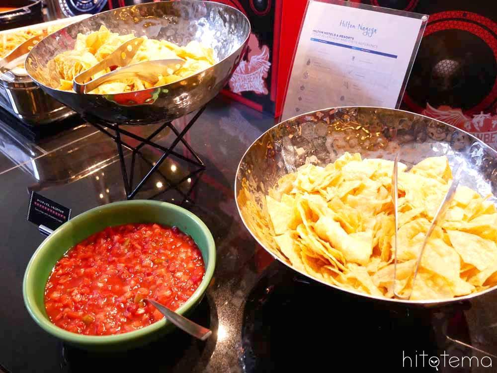コーンチップスと苺のサルサ
