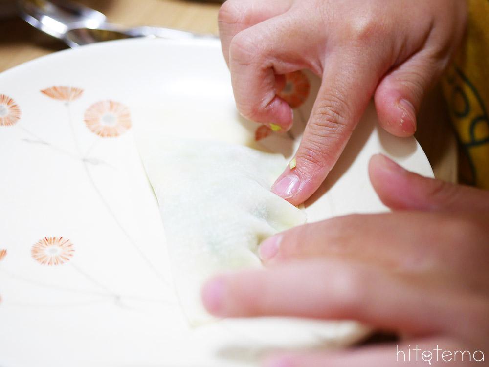 餃子を包む子どもの手
