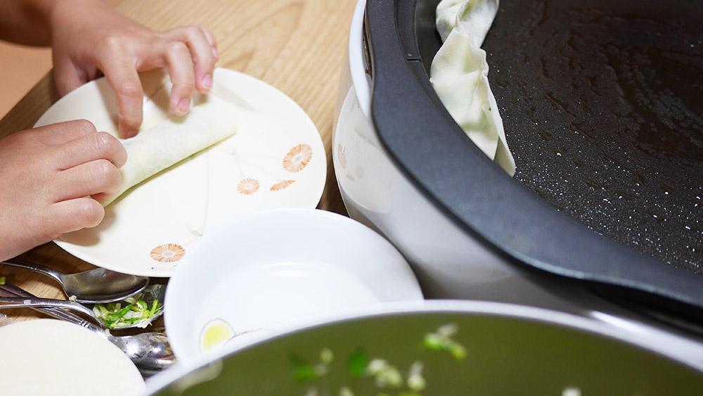 生肉不使用でも美味!子どもと作れる餃子レシピ。ホットプレートでもOK