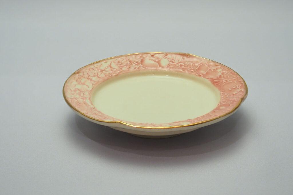 「丸薔薇銘々皿」:小さなお皿の縁に薔薇があしらわれている