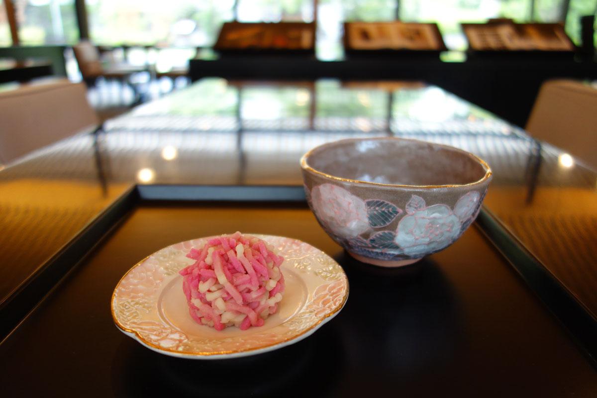 「丸薔薇抹茶碗」ときんとん製『イスパハン』の生菓子