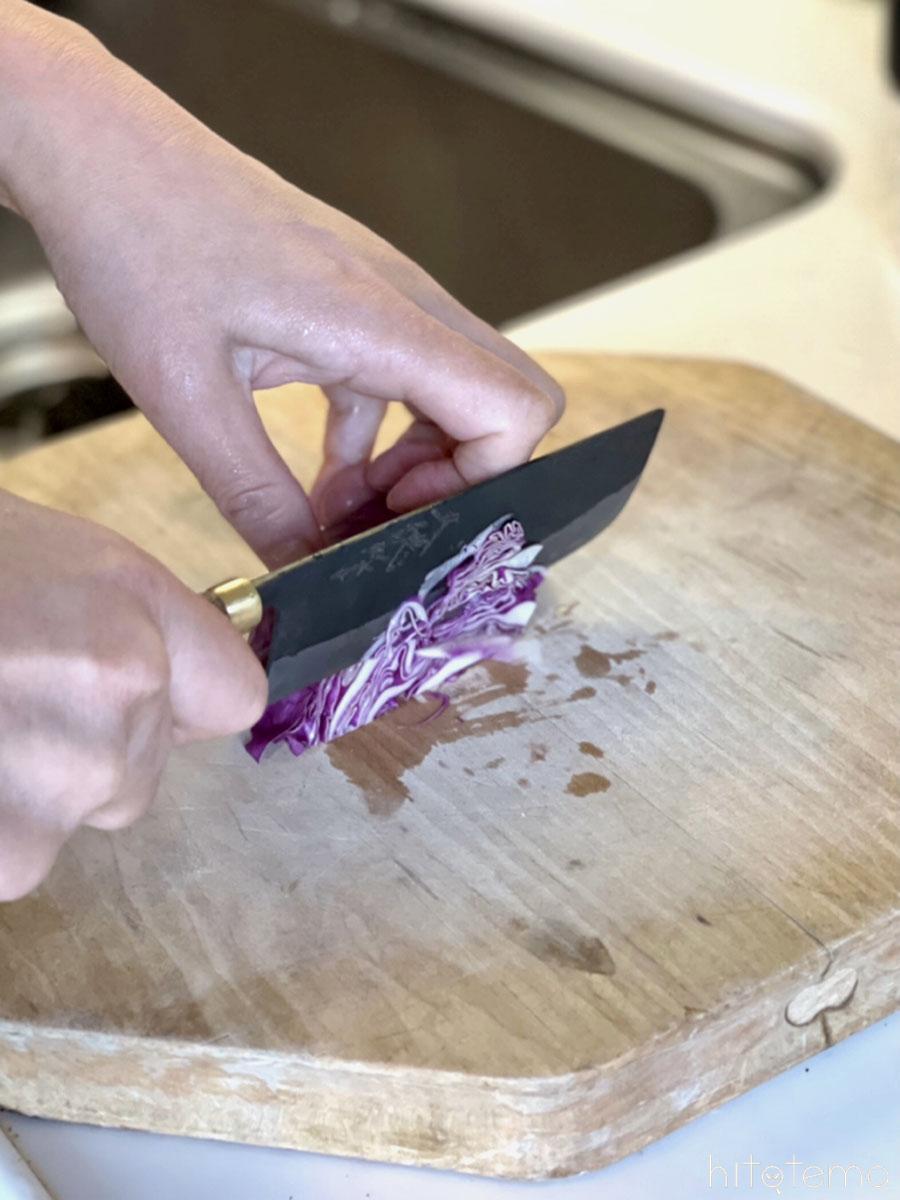 菜切り包丁で刻む