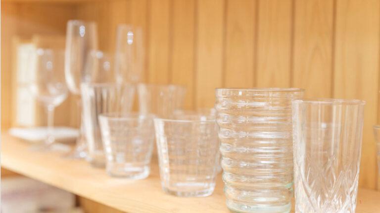 高さの違うグラスをスッキリ収納する方法は? アイテムも紹介!